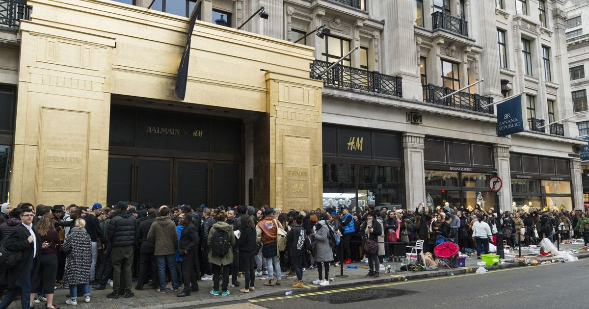Customers-queuing-up-outside-the-Regent-Street-store-Balmain-x-HM-launch-London-Britain–05-Nov-2015