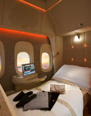 DOrMbV9XkAEsNG  300x380 - Emirates inaugura cabina de Primera en sus nuevos Boeing 777 #GameChanger