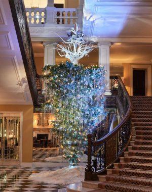 christmas tree clairdges 300x380 - La nueva grieta en Navidad: El Arbolito