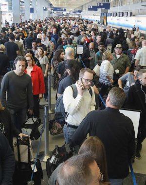 """tsa long lines tip0516 300x380 - Grandes demoras en los aeropuertos de Estados Unidos por causa del """"shutdown"""" del Gobierno americano."""