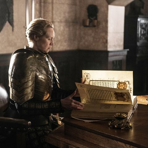 hbz brienne writing index 1558323172 - El Final fallido de Game of Thrones: Cuando subvertir las expectativas no siempre funciona